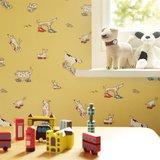 behang little sanderson kinderkamerbehang dogs in clogs sfeer 3
