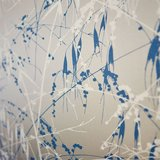 Behang Harlequin Meadow Grass 111408 close-up gilver - blue Callista collectie luxury by nature.jpg