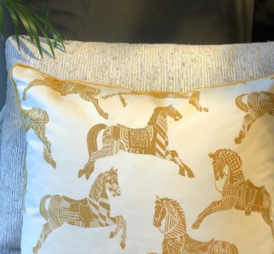 Goudbruin Hermès Stof Sierkussen Paard - Chevaux d'Apparat
