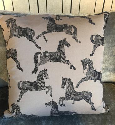 Taupe Hermès Stof Sierkussen Paard - Chevaux d'Apparat