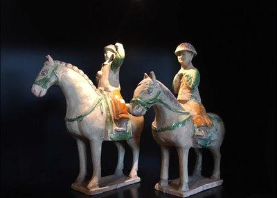 Terracotta Ruiters Op Paard Handen Omhoog