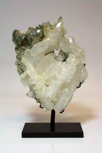 interieur mineraal bergkristal met chloriet op voet 1